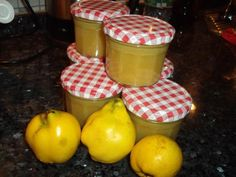 Quitten-Weißwein-Marmelade Too many quinces in the garden? Do not panic, we know how to use it! Quince Recipes, Jam Recipes, Drink Recipes, Healthy Eating Tips, Healthy Nutrition, Chutney, Jam And Jelly, Vegetable Drinks, Food Menu
