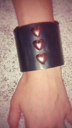 Bracelete Couro preto/coração http://instagram.com/petalasdemaria  https://www.facebook.com/profile.php?id=100004666594323