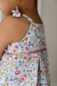 Haut à bretelles nouées sur les épaules du livre « Les Intemporels pour Enfants »
