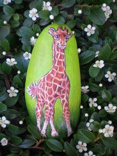 Žirafka Žofka Dekorativní kámen oválného tvaru s motivem žirafího mláděte. Orientační velikost kamene cca 14 x 7 cm. Žirafy se na nás v ZOO vždy tváří povýšeně, závidíme jim jejich originální kabátek, se kterým zdobí ten pestrý zvířecí svět ...