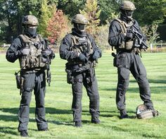 Members of the GSG 9 anti-terrorism unit of the German Federal Police prepare for a demonstration of their capabilities at a media event on September in Bonn, Germany. Military Suit, Military Police, Army, Military Outfits, Airsoft, Sas Special Forces, Special Ops, German Police, Chihuahua Mexico