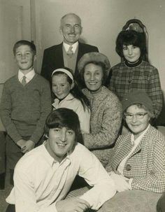 John Lennon with his Aunt Mimi and Uncle George Smith and his second cousins visiting from Levin, New Zealand in Beatles Band, Les Beatles, John Lennon Beatles, Jhon Lennon, Julian Lennon, Yoko Ono, El Rock And Roll, Beatles Photos, British Invasion