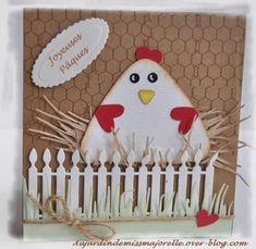 Poule sur son nid de paille et derrière une barrière ornant une carte pour Pâques.