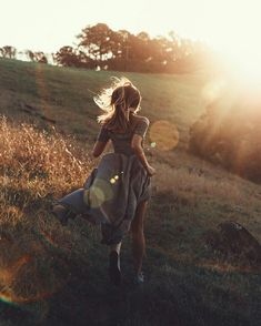 woman running in sunset, photoshoot Creative Photography, Portrait Photography, Woman Photography, Senior Girl Photography, Forest Photography, Sunset Photography, People Photography, Outdoor Photography, Photo Pour Instagram