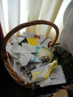 Cesta com bilhetes, pedidos, agradecimentos ex-votivos em papel.