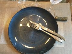 Did you know the French use their silverware position to indicate whether they are done eating? French table etiquette tips and vocabulary. Food In French, French Stuff, Learn French Online, French Conversation, Table Etiquette, Table Manners, French Table, Teaching French, Best Dining