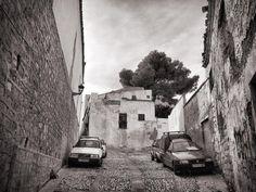 En el casco antiguo de #Jaén. #iphone6s #iphone #blackandwhite #cars #coches #árbol #tree #city #ciudad