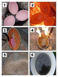 1...Die glasierten Schalen werden in den Ofen gelegt. Der Ofen wird nun mit Holz befüllt und heizt sich dann langsam auf.  2...Nach etwa 30 Minuten sind im Ofen um die 900°C und die Keramik glüht.  3...Die Schalen werden nacheinander mit der Zange aus dem Ofen geholt...  4...in Sägespäne gelegt...  5...und mit diesen vollständig bedeckt.  6...Nach etwa 5 Minuten werden die Schalen aus den Sägespänen herausgeholt und in kaltem Wasser abgeschreckt.