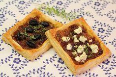 Cibuľový koláč s olivami a Fetou