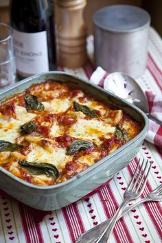 & tomato bake mozzarella, tomato and gnocchi bake- trying this & think it may even be freezer friendly.mozzarella, tomato and gnocchi bake- trying this & think it may even be freezer friendly. Veggie Recipes, Vegetarian Recipes, Dinner Recipes, Cooking Recipes, Healthy Recipes, Healthy Food, Drink Recipes, Cooking Tips, Think Food