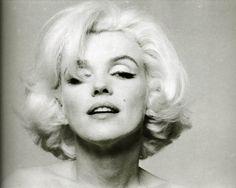 Photos de la sublime, divine et légendaire Marilyn Monroe. Entre charme,sensualité et glamour. Revisitez sa vie au travers de somptueux clichés et photos. Pas de biographie, juste de belles photos. Un hommage à Marilyn