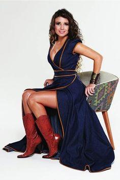 Figurinos usados pela Paula Fernandes que deram o que falar  A cantora gosta de abusar dos decotes e saias curtas, além de outras escolhas que não costumam agradar.