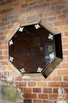 SZKLO-LUX Jaroslaw Fronczak   SPIEGEL Mi-04 -Die Spiegel gelten seit Jahren als ein hochgeschätztes Element der Innenausstattung, sie heben das Aussehen von Badezimmern hervor, geben jedem Raum eine ganz individuelle Note und schaffen eine einzigartige Stimmung. Die Firma Szkło-Lux bietet eine umfangreiche Auswahl an Wandspiegeln mit einer innerhalb von Spiegel befindlichen Gravur, die in der 3D-Technologie im Glas lasergraviert ist. Gravure Laser, 3d Laser, Interior Decorating, Glass, Home Decor, Mirrors, Technology, Drinkware, Interior Home Decoration