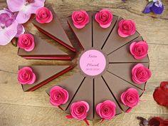 pudełeczka podziękowania dla gości w kształcie tortu z papieru, różne kolory kwiatków jotstudio.pl