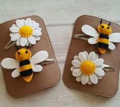Hair clips 355221489359324357 - Daisy and bee hair clips … perfect summer combination. Source by lepetitchariot Toddler Hair Clips, Baby Hair Clips, Flower Hair Clips, Flower Headbands, Felt Hair Accessories, Hair Accessories For Women, Diy Bow, Diy Hair Bows, Felt Flowers
