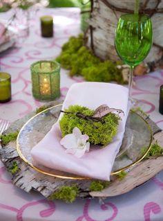 Мох в декорі столів Звичайний мох можна використовувати в декорі весільних столів. Особливо актуальний цей матеріал буде при проведенні весілля під відкритим небом, наприклад, на галявині. #jamwedding #весільний_декор