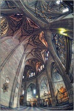 Interior de la Catedral de Segovia, Una iglesia católica en España construida entre los siglos XVI y XVIII con estilo gótico. Hecho de piedra