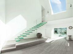 Heutzutage interessiert sich man für moderne Treppen aus Glas, die uns die Möglichkeit den Raum unter der Treppen diekt zu betrachten geben.