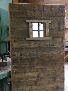 Une nouvelle commande : dans une ancienne maison en haute Savoie, toutes les portes d'intérieur sont très anciennes. Je dois fabriquer une porte d'entrée en mélèze pour le client. Celui-ci me demande si je peux réaliser une porte d'intérieur en vieux...