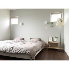 pekoさんの、ベッド周り,IKEA,イケア,雑貨,寝室,ベッド,間接照明,アクセントクロス,ベッドルーム,北欧,壁紙,クロス,ベッドサイドテーブル,我が家,マイホーム,シンプルライフ,グレー,注文住宅,暮らし,グレーの壁,シンプルインテリア,緑のある暮らし,ダークトーン,のお部屋写真