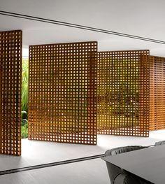 En la costa norte de São Paulo, esta casa diseñada por Studio mk27 –dirigido por el famoso arquitecto Marcio Kogan– plasma líneas depuradas y refleja la influencia del modernismo brasileño.