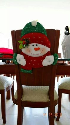 COMO HACER CUBRE SILLAS NAVIDEÑOS CON PATRONES Felt Christmas Decorations, Felt Christmas Ornaments, Christmas Stockings, Holiday Decor, Christmas Makes, Christmas Holidays, Christmas Projects, Christmas Crafts, Christmas Chair Covers