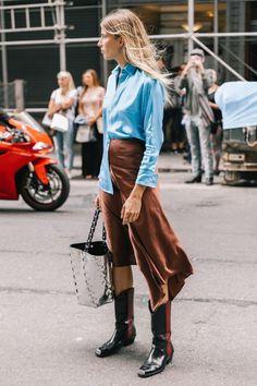 comment bien s habiller, combiner une jupe mi longue de couleur marron avec  une 57621c3b7869