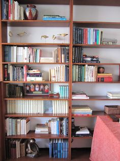mixi decorative objects with books to give your shelves more interest...