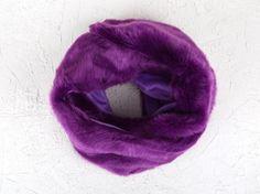 Las bufandas de pelo son el complemento ideal para esta temporada. Con textura muy suave y calentito esta bufanda es ideal para combinar con cualquier estilismo. Disponible en varios colores.