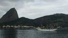 Rio Janeiro, mostrando o Pão de Açúcar com os bondinhos, num dia nublado.