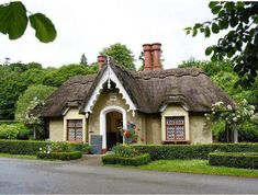 Ireland Cottage In Killarney National Park - I really need a thatched roof! Irish Cottage, Cute Cottage, Cottage Style, Fairytale Cottage, Storybook Cottage, Estilo Colonial, Castles In Ireland, Thatched Roof, Le Jolie