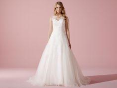 Kollektion 2016 von Lilly |Zauberhaftes Tüllspitzen-Brautkleid mit Illusions-Ausschnitt und Rückenschnürung #Brautkleid #Hochzeit