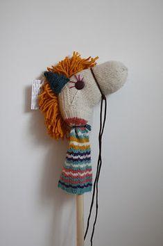 Um meião , botão, cordão....orelha costurada  e tem um cavalão : ) hehe tentei rimar....fiquei feliz com o cavalo de pau fácil fácil de fazer!