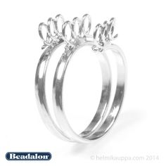 Beadalonin rodinoitu 19 mm sormuskorupohja [Bling Ring], 9 silmukkaa. Sormuksessa kestävä rodiumpinnoite ja sormuksen koko on säädettävissä. Runkomateriaali messinkiä.  http://www.helmikauppa.com/beadalon-sormuskorupohjat-c-548_748.html