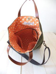Diese Foldover Tasche besteht aus gewachstem Canvas in Olivgrün. Es kann als eine Tote und Messenger Tasche verwendet werden. Es hat zwei Fronttasche und drei Innentasche (eines davon ist mit Reißverschluss). Innenfutter ist aus Retro orange Baumwolle punktiert. Es hat Ledergriffe in braun und ein verstellbarer abnehmbarer Baumwoll-Gurt. Es ist geeignet für Männer und Frauen.  Schnell internationale Spedition: Lieferung in 2-5 Tage in den USA, Kanada, Australien und Europa; in 3-7 Tage zur…