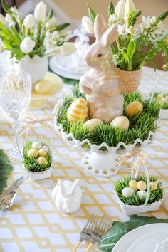 Sunday brunch: 12 spring-Easter table settings - MyThirtySpotSunday brunch: 12 spring-Easter table settings - MyThirtySpotCharming Easter centerpieces and springy table decor ideas for your Easter celebration part 22 Easter Table Settings, Easter Table Decorations, Easter Centerpiece, Centerpiece Ideas, Table Centerpieces, Holiday Decorations, Masquerade Centerpieces, Dinner Party Decorations, Setting Table
