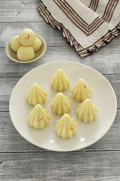 Malai modak recipe (Paneer modak) for ganesh chaturthi - modak made from ONLY TWO ingredients, paneer and condensed milk. Or make malai ladoo Indian Dessert Recipes, Indian Sweets, Indian Snacks, Indian Recipes, Desert Recipes, Recipes Dinner, Modak Recipe, Navratri Recipes, Cottage Cheese Recipes