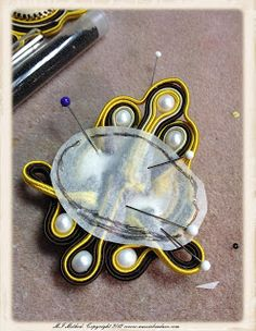 Social Butterfly Jewellery Design: Soutache Embroidery - Covering the back! Beading Tutorials, Beading Patterns, Leather Jewelry, Beaded Jewelry, Soutache Tutorial, Diy Bead Embroidery, Biscuit, Soutache Earrings, Butterfly Jewelry