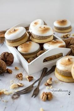 Lágy, diós-habos linzer | sutisdobozoom Cookie Recipes, Dessert Recipes, Non Plus Ultra, Traditional Cakes, Gourmet Gifts, Small Meals, Small Cake, Wedding Desserts, Easy Desserts