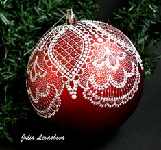 Painted Christmas Ornaments, Hand Painted Ornaments, Diy Christmas Ornaments, Holiday Crafts, Christmas Decorations, Christmas Makes, Christmas Mood, Lace Painting, Dot Painting