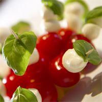 Mini brochettes de tomates cerises, mozzarella et basilic | Aperitifs Dinatoires, amuse bouche, apero dinatoire, aperitif dinatoire, recette aperitif dinatoire, aperitivo, recette aperitif