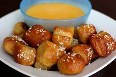 Homemade soft pretzel bites with salt and cheddar cheese sauce are a fun snack or appetizer for parties! Everyone loves this soft pretzel recipe. Think Food, I Love Food, Super Bowl Essen, Homemade Soft Pretzels, Homemade Cheese, Food Porn, Tasty, Yummy Food, Yummy Recipes