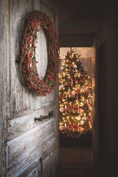 rustic Christmas - Love that tree! Christmas Mood, Merry Little Christmas, Primitive Christmas, Christmas Time Is Here, Country Christmas, All Things Christmas, Christmas Wreaths, Christmas Decorations, Vintage Christmas