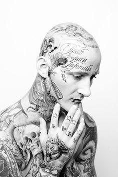 Tattoo © Ländle Magazin 2015 Foto: Markus Gmeiner tätowieren, tätowierung, tätowiert, facetattoo, Gesichtstattoo, Ländle, Vorarlberg, Bodensee, Austria, Fotografie, Fotographie, photographie, model, man, Shooting, male, pray, Beten