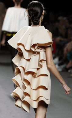 34 Ideas For Origami Fashion Fabric Manipulation Posts Couture Fashion, Runway Fashion, Fashion Outfits, Fashion Trends, Fashion Fashion, Sculptural Fashion, Contemporary Fashion, Moda Origami, Lanvin