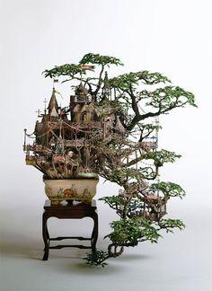 L'artiste japonais Takanori Aiba cultive l'art de faire pousser des petites arbres de bonsaï en créant tout autour une ville et des chateaux miniatures. Cela donne de belles oeuvres architecturales qui se construisent autour et à l'intérieur de la plante.