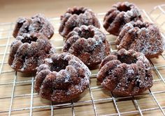 Csokis mini kuglóf | Alajuli receptje - Cookpad receptek Bakery Recipes, Cooking Recipes, Savarin, Yams, Garlic Bread, Pound Cake, Cake Cookies, Minion, Doughnut