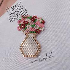 Miyuki,japonlara özgü,hammaddesi dünyada yalnızca Japonya'nın Hiroşima bölgesinden çıktığı bilinen dünyaca ünlü,renkli dayanıklı kum boncuklardır. Bu boncuklarla annenize kendi ellerinizle bir buket çiçek yapıp hediye etmek nasıl bir his olurdu? Yakasında sizin el emeğinizi taşımak nasıl onurlandırırdı? Ya da vaktiniz yoksa bu workshopu annenize hediye de edebilirsiniz.#miyuki#boncuk#kumboncuk#atölye#annelergünü#nefeslehayat #çocuksu#kayıt ve bilgi için 2324646457 @cocuksudusler
