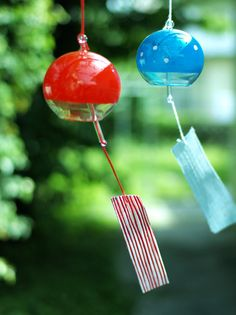 Have you ever seen Japanese wind chimes? They are called 風鈴 (fuurin) and they are hung outside of houses and buildings in the summer. When the wind blows, they make a beautiful, soothing chiming sound that will make you feel very relaxed and cool! Japanese Colors, Japanese Art, Japanese Style, Japanese Wind Chimes, Beautiful Places In Japan, Glass Wind Chimes, Sakura Cherry Blossom, Paper Lanterns, Heart Art