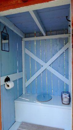 Villa Idur: Pikkula on kaunein Outside Toilet, Outdoor Toilet, Dry Cabin, Outhouse Bathroom, Farm Plans, Outdoor Bathrooms, Composting Toilet, Small Buildings, Backyard Sheds